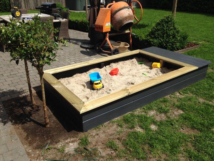 Zandbak met aparte ruimte voor speelgoed