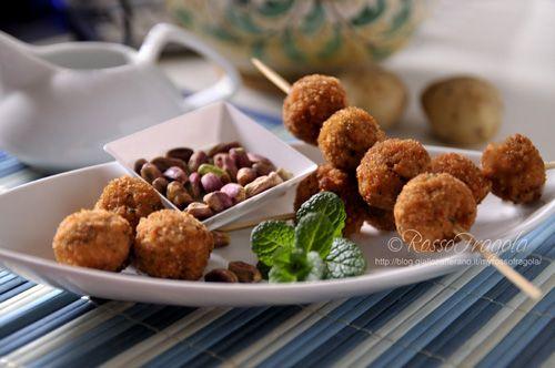 Polpettine con purè di patate al pistacchio - Rosso Fragola http://blog.giallozafferano.it/myrossofragola/polpettine-con-pure-di-patate-al-pistacchio/