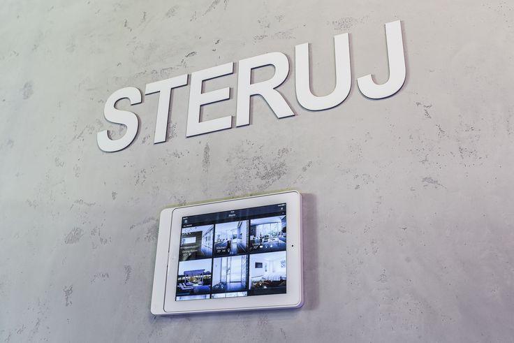 Ramka Eve z iPadem jako panel centralnego sterowania (na ekranie wyświetlona wizualizacja Savant)