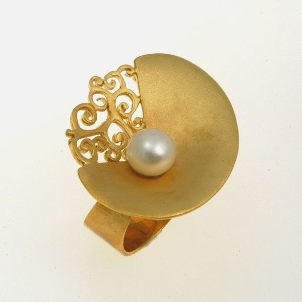 Ring Moonlight Iosif with gold plated Silver 925 & white akoya pearls. Ring Code:3301.RG.1536.GO.OS.001