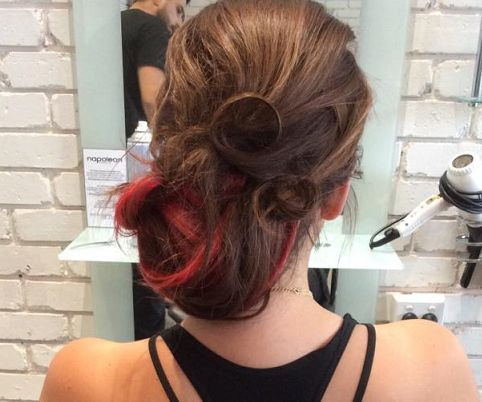 A quirky way of using a coloured extension weft to brighten up a classic look! #extensions #upstyle