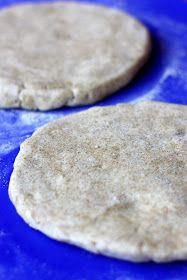 Kuten monet jo varmaan tietävät, rahkavoitaikina on ehdoton lempitaikinani suolaisia leivonnaisia tehdessä. Käytän rahkavoitaikinaan normaal...