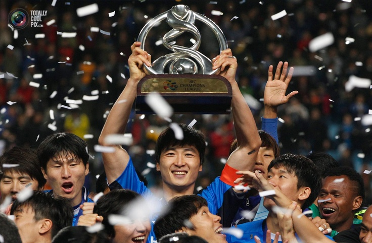 Kwak, captain of South Korea's Ulsan Hyundai, lifts the trophy as he celebrates with his teammates after they won their AFC Asian Champions League final soccer match against Saudi Arabia's Al Ahli in Ulsan. KIM HONG-JI/REUTERS