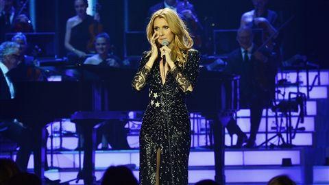 """Un mois après la tenue <a title href=""""http://ici.radio-canada.ca/nouvelles/arts_et_spectacles/2016/01/22/001-funerailles-nationales-rene-angelil-basilique-notre-dame.shtml"""">des funérailles nationales de René Angélil</a>, Céline Dion est remontée sur scène mardi soir à Las Vegas."""