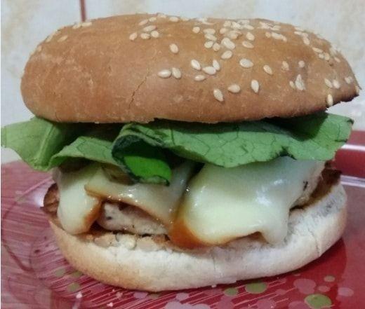 Hamburger din carne de pui