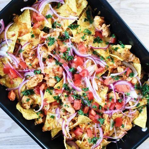 Nachos med kylling og ost er den bedste tømmermændsmad, jeg kender. Denne opskrift på nachos med kylling og ost er en luksus udgave.