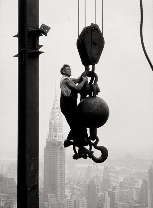 Empire state building under construction. Photo: Lewis Hine (1931). Veja também…