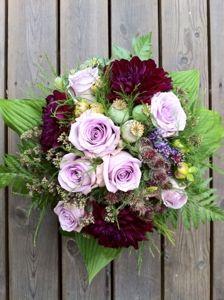 Brudbukett i lila toner med tistlar och papaver