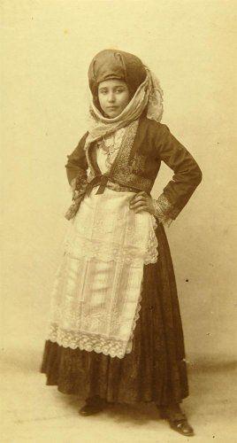 Γυναίκα με παραδοσιακή ενδυμασία της Αμοργού. Αθήνα, 1910-1935 Emile Lester