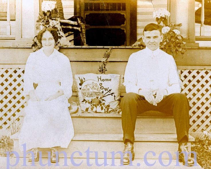 Hogar dulce hogar jóvenes recién casados Vintage Real foto postal RPPC Frank & Kathryn Zelenek frente porche victoriano Farmhouse de phunctum en Etsy https://www.etsy.com/es/listing/151905705/hogar-dulce-hogar-joacutevenes