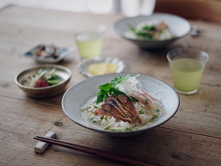 ・ 鯖のこんか漬けのお茶漬け🍚 ・ こんか漬けは金沢土産。 鯖を米糠と麹で漬け込んだもので、北陸の伝統珍味だそう。 お土産屋さんで目にして、 これは美味しいに間違いないー❣️と。 初こんか漬け😋 美味しい〜〜♡♡♡ ・ 下戸なくせにお酒のおつまみみたいな珍味やおかずが好き😋 ・ ・ ・ #お昼ごはん#お茶漬け#こんか漬け#へしこ#和食#ランチ#暮らし#日々#食卓#うつわ#器#食器#和食器#器好き#うつわ好き#食卓#村上雄一#中坊優香 #japanesestyle#japaneseculture#tableware#onthetable#lin_stagrammer#instagramjapan#washoku#maccha#foodphotograpy