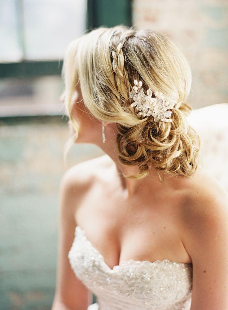 Romantische Hochzeitsfrisur, Brautfrisur geflochten und hochgesteckt mit Haarkamm | hochzeitsplaza.de | Foto: Judy Pak Photography