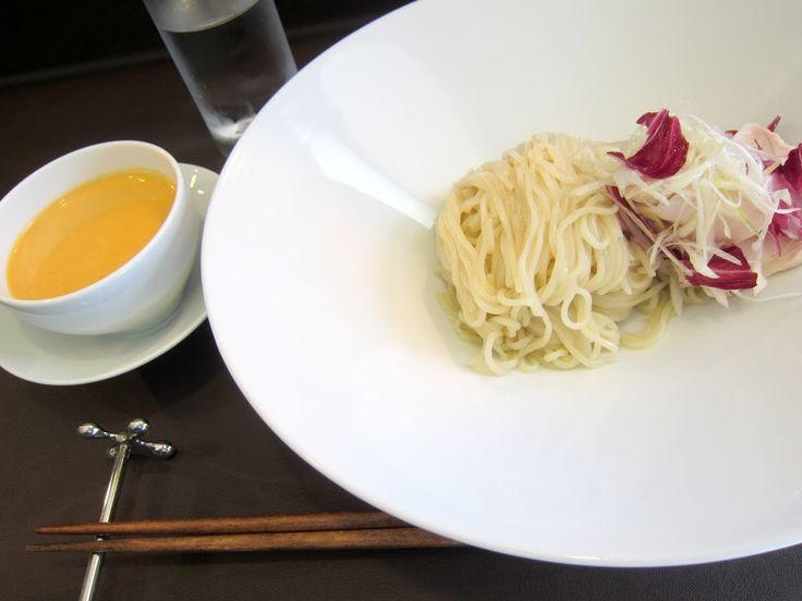 本郷通9北『蝉吟 (せんぎん)』エビつけ麺 左側のエビのクリームスープ(ソース)は丁度、味噌汁のお椀と同じ位の大きさの器で、麺の皿はバカでかい。写真撮り難いからもうちょっと小さな皿にして欲しい所です。 Google+