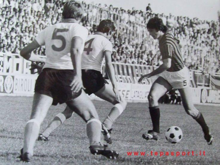 1976-77 Coppa Italia, fase eliminatoria a gironi ... Novara Calcio - A.C. Milan 0-3 Aldo Bet si appresta al tiro dello 0-1 ... C'ero anch'io ... http://www.tepasport.it/ Made in Italy dal 1952