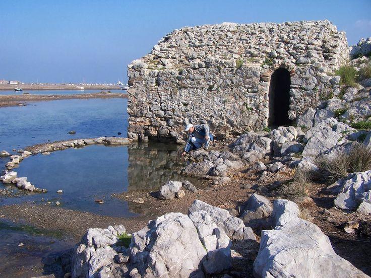 Gülbahçe ılıcası/İzmir/// Kaplıcanın etrafında yaklaşık 5000 yıllık höyük ve Helenistik döneme ait olduğu düşünülen kalıntılar bulunuyor. Bu kalıntılar da gösteriyor ki, Gülbahçe Ilıcası çok eskiden beri kullanılan bir yer.