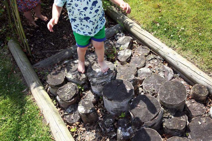Een blote voetenpad met doorgezaagde boomstammen - Onthaalouder Sint-Niklaas