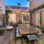 A quoi peut ressembler le maison d'une star de la chanson âgée de seulement 23 ans ? Selena Gomez se sépare de sa luxueuse demeure de Los Angeles, place à la visite.