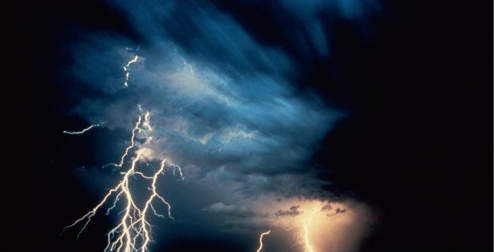Silné bouřky potrápily Plzeňský kraj, muže zasáhl blesk, zatopená auta i silnice
