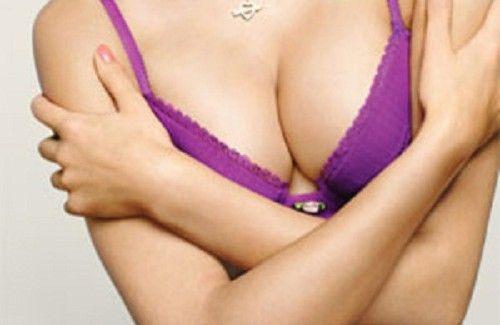 La poitrine peut perdre de sa fermeté pour de multiples raisons. Cependant, certains exercices simples peuvent vous permettent d'y remédier.