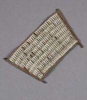 Exceptionnel bracelet, probablement Ifugao, constitué d'une forte toile sur laquelle est ordonnancée une accumulation de cauris, taillés un à un de façon à les effiler et ne garder que la partie centrale comportant l'ouverture, objet unique de très belle ancienneté. Dim :20cm X 12cm.