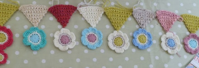 what cute crocheted flower bunting: Crochet Buntings, Crochet Flowers, Crocheted Flowers, Deco Crochet, Flowers Buntings, Suz Places, Crochet Knits, Crochet Inspiration, Learning Hope