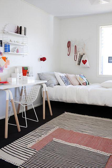 白を基調としたシンプルなお部屋。床に置いた3種類のラグがアクセントになっています。