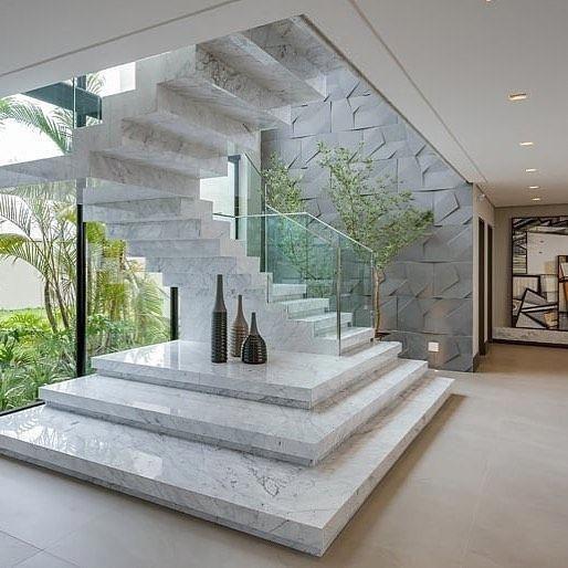 Escada de mármore de Carrara com trilhos de vidro! 😍 Assinado por Alessandr …   – Stairs