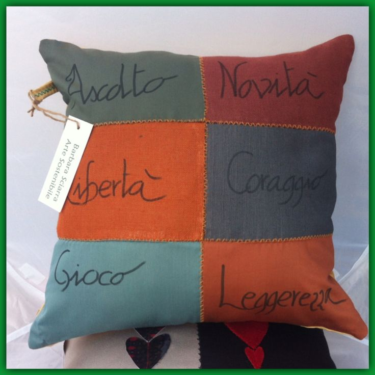 """Cuscino """"meditativo"""", realizzato con campioni di tessuto arredo, lino 100%. Colori caldi con cuciture in contrasto."""
