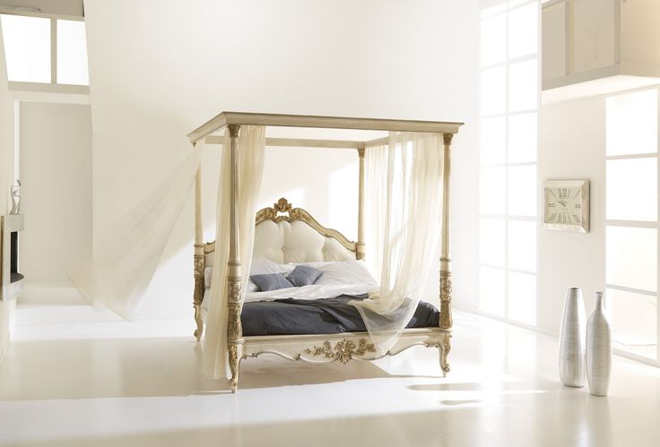 Letto con baldacchino / Bed with canopy