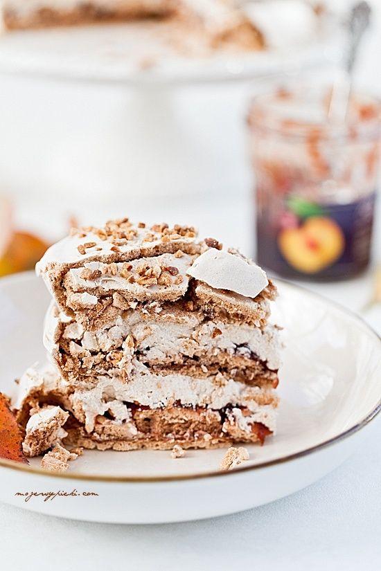 Cynamonowy tort bezowy z powidłami i orzechami | mojewypieki.com
