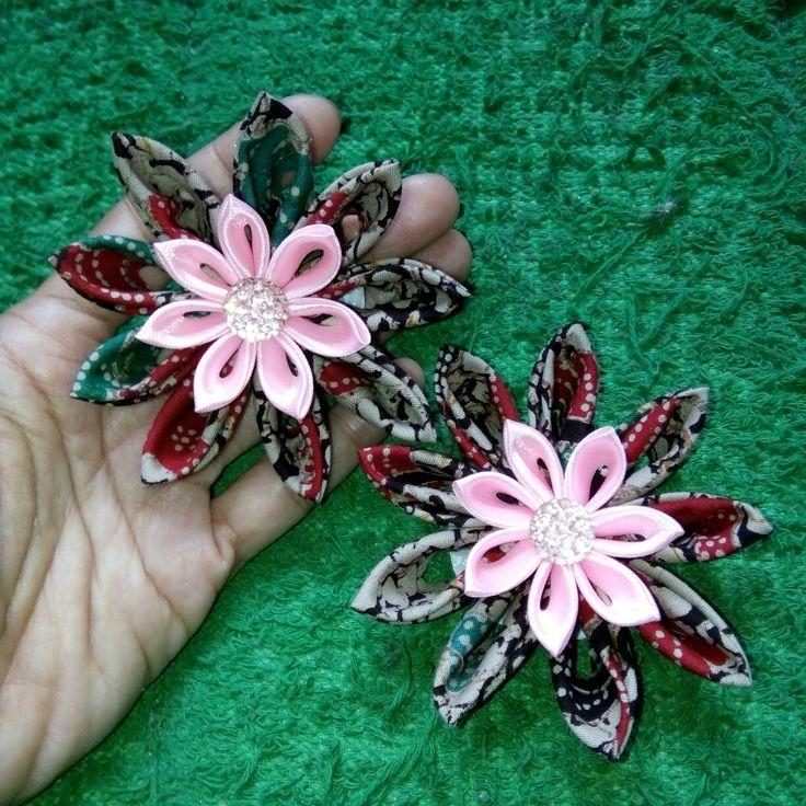 Batik in action....pretty flower ribbon brooch...😍