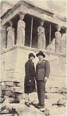 H Nelly´ς και ο σύζυγός της Άγγελος Σεραϊδάρης μπροστά από τις Καρυάτιδες. 1929