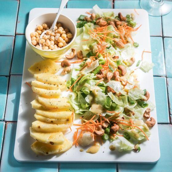 Frisse ananassalade met cashewnoten en honing-mosterddressing. #JumboSupermarkten #vega