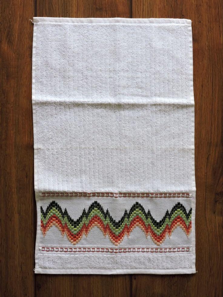 Toalha de mão  Bordado em PONTO RETO, feito a mão pela artesã Cristina Panontin  Bordado em linhas verdes e laranjas em esquema de degradê.  Toalha branca da marca Karsten (ótima qualidade)  Tipo de tecido: 99% algodão + 1% viscose  Dimensão da toalha: 33 x 50cm