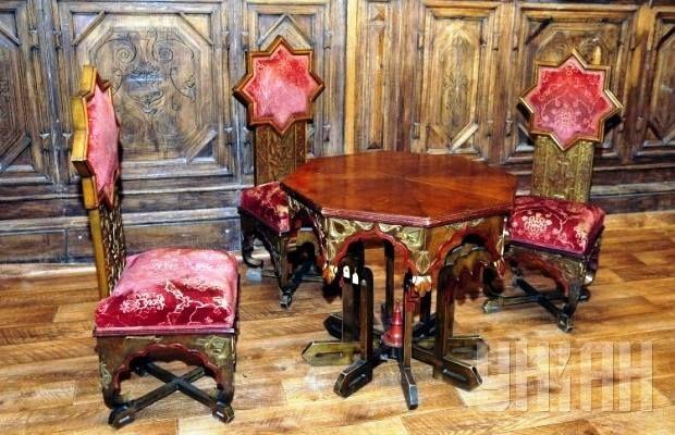 Интерьеры шоколадного домика! Относительно недавно в один из самых красивых киевских особняков вернулась его родная старинная мебель