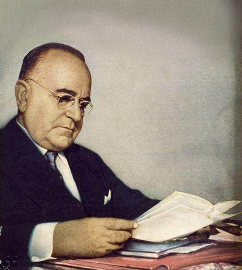 Como presidente, instituiu uma ampla legislação favorável aos direitos dos trabalhadores. Criou o salário mínimo, o direito às férias, o descanso semanal remunerado e a chamada CLT (Consolidação das Leis do Trabalho)