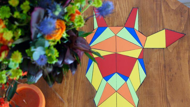 Touret en bois et faïence restauré en table basse Tête de girafe colorée façon origami