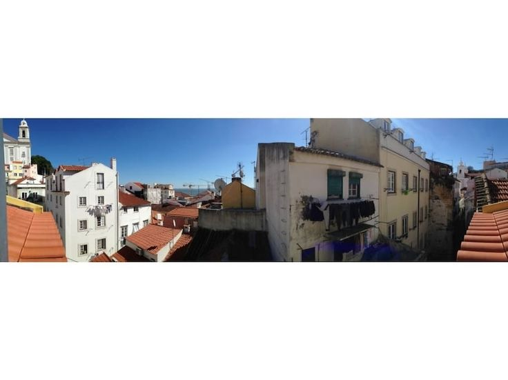 Wohnung in Lisboa, Portugal. This charming and cozy apartment is located in Alfama, the most historical and charismatic neighborhood of Lisbon, on the 4th floor of a building without elevator, full of the fabulous light of Lisbon has a wonderful view from the balcony over the...