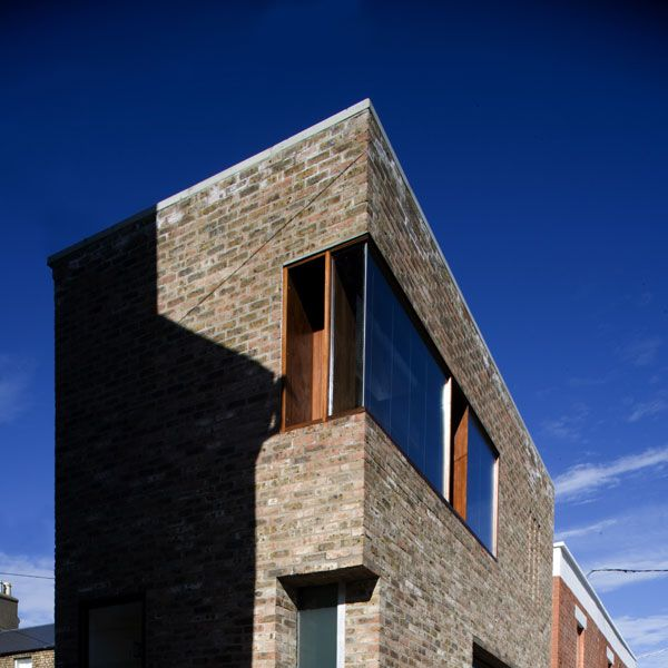 On an urban scale the new extension acknowledges its position as a building with a view to the canal.
