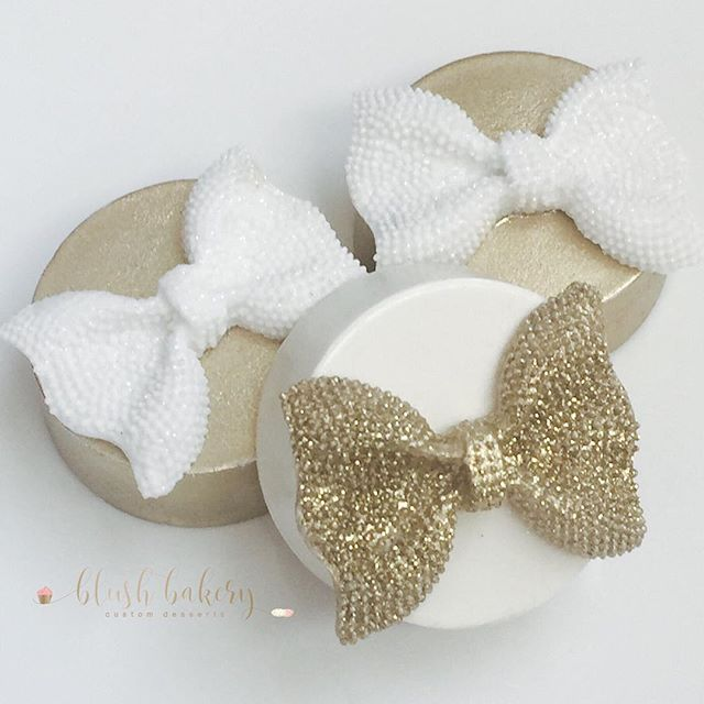 Pretty little chocolate covered Oreos! Love this bow mold from @lavendersbakeshop