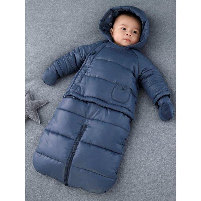 Transformable en petit blouson et en gigoteuse, la combi-pilote de bébé est idéale pour les trajets en voiture ou en poussette.