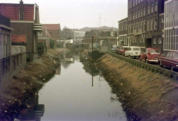1964. Almelose Aa, vanaf de brug in de Holtjestraat.