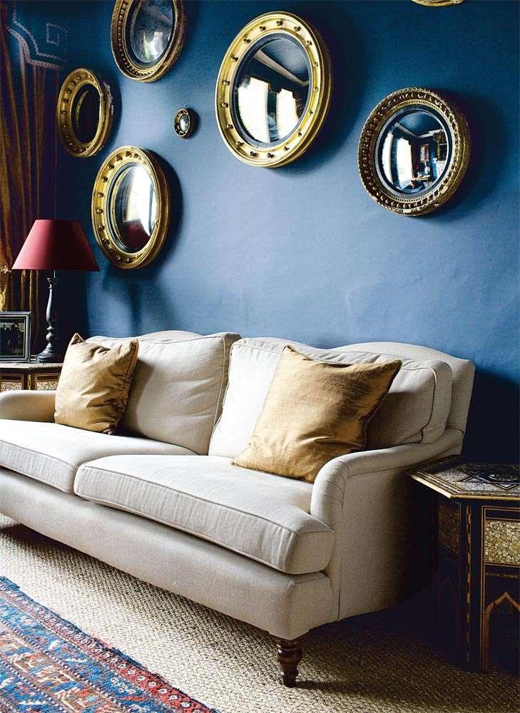Donkerblauwe muur met gouden deco