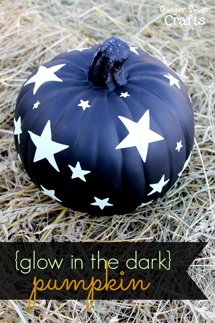 Glowing stars on a black pumpkin! Great Halloween decor /// Leuchtende Sterne auf dem schwarzen Kürbis. Super Idee für die Halloween Deko