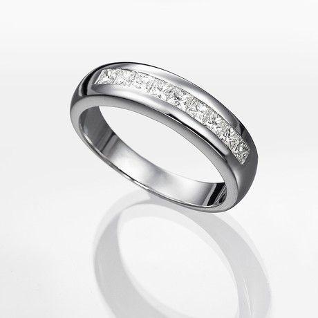Alianza de diamantes ARGOS (1,00 qts.). Alianza con diamantes talla princesa de 1,00 quilate de peso total, con calidad muy buena (G/SI), engastados en una montura de oro blanco de 18 kilates con bisel ancho.