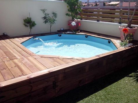 tarima de madera en una piscina de pl stico patios hot tubs and tubs. Black Bedroom Furniture Sets. Home Design Ideas