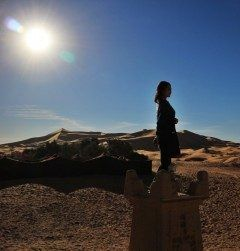 モロッコサハラ砂漠にて朝日に願う女  と一寸フォトジェニックに撮ってみた モデルは軍団員の卒業旅行の女の子 ホテルの中庭で撮った 風景写真も良いけどこんなモデルがいると一寸良いショットになるね()v  http://ift.tt/2cZhpoB  #ツアーの仲間 #フォトジェニック #朝日 #サハラ砂漠 #モロッコ #海外旅行 tags[海外]