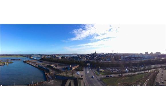 Prachtig uitzicht over Nijmegen vanaf het appartement aan de Waalbandijk 65