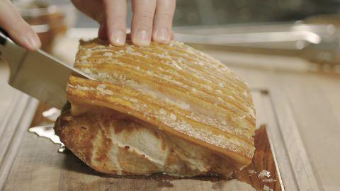 Flæskesteg med sprød svær - hver gang er en lækker opskrift fra Go' morgen Danmark, se flere kødretter på mad.tv2.dk
