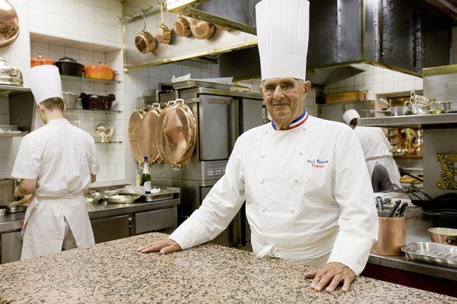 frenchentree.com  Paul Bocuse   Aujourd'hui âgé de 90 ans, le chef français est à la tête d'un empire économique évalué à 185 millions de dollars. Le lyonnais est une légende de la cuisine et il a su porter haut les couleurs de la gastronomie française à travers le monde ! Pour la petite anecdote, c'est lui qui a servi de modèle à Disney pour imaginer Gusteau, le mentor de Rémi dans le film Ratatouille.
